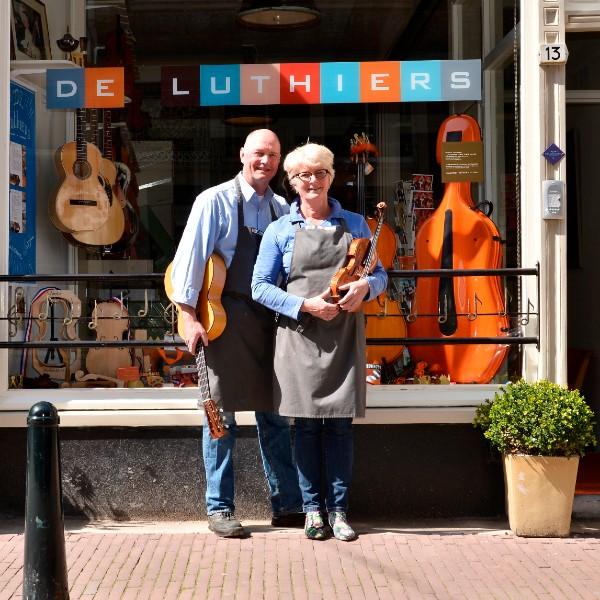 Wout Bosma en Lucienne van der Lans voor de winkel Voorstraat 13 dordrecht