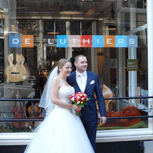 bruidspaar voor de winkel De Luthiers Voorstraat 13 Dordrecht web